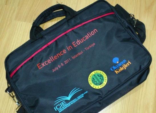Konferansa katılanlara hediye olarak verilen çanta. Netbook falan taşır.